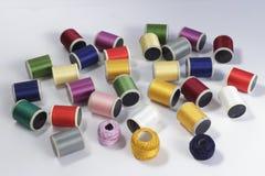 Le bobine di cotone infilano per le macchine per cucire e le matasse del filo Fotografia Stock Libera da Diritti