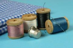 Le bobine di legno con cotone colorato infila per cucire, Fotografia Stock