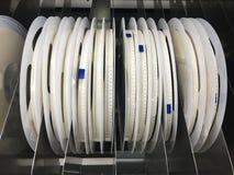 Le bobine in macchina del posto e della scelta a SMT allineano per il montaggio di superficie Immagine Stock
