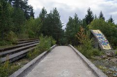 Le bobsleigh olympique abandonné de Sarajevo et Luge voie, Bosnie Photos stock
