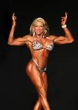 Le Bodybuilder blond d'une cinquantaine d'années semble pointu photos libres de droits