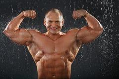 Le bodybuilder déshabillé affiche des muscles photographie stock