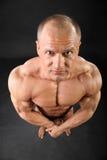Le bodybuilder déshabillé regarde l'appareil-photo Photo libre de droits