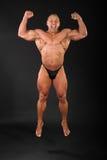 Le bodybuilder heureux saute et crie Image libre de droits