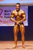 Le bodybuilder masculin fléchit ses muscles et montre son meilleur physique Images stock