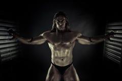 le bodybuilder a mis en cage photographie stock libre de droits
