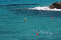 Le boe rosse nel mare blu vicino al Cipro costeggiano Immagine Stock Libera da Diritti