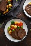 Le boeuf de rôti coupé en tranches avec du miel a glacé des légumes, servis du plat Dîner de fête image stock