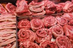 Le boeuf et le porc de viande se sont vendus sur le compteur à dans le supermarché de réfrigérateur image stock