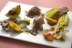Le boeuf a rôti avec le chou de légumes, la patate douce, le lotus et le Ca Photo stock