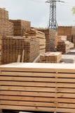 le bois de charpente, les conseils et les faisceaux se situent dans une pile à une scierie photos libres de droits
