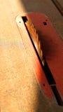 Le bois de charpentier a vu la lame et la poussière circulaires en soleil de matin Images libres de droits