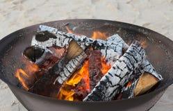 Le bois de chauffage brûle dans le gril en plein air Image libre de droits