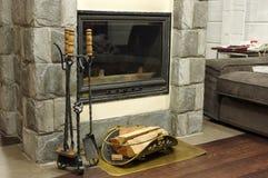 Le bois de chauffage brûle dans la cheminée créant la chaleur et le homeliness Image libre de droits