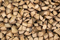 Le bois de chauffage coupé sec ouvre une session une pile pour l'hiver image stock