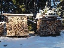 Le bois de chauffage disposé sous forme de cube Photos libres de droits