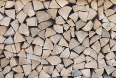 Le bois de chauffage est empilé dans un tas de bois Image stock