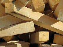 Le bois de construction de construction a été chargé dans un groupe Photographie stock