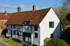 Le bois de construction a rayonné les cottages peints blancs images stock
