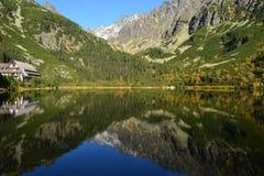 Le bois de parc de vert de ciel bleu de nature de montagne opacifie le réflexe de lac gentil Image stock
