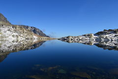 Le bois de parc de vert de ciel bleu de nature de montagne opacifie le réflexe de lac gentil Photo libre de droits