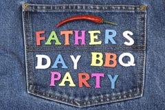 Le bois de partie de BBQ de jour de pères se connectent la poche de blues-jean Image stock