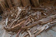 Le bois dispersé sur l'emplacement de travail est sale et poussiéreux Photo libre de droits