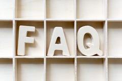 Le bois du mot FAQ dans la fente, foire aux questions Photographie stock
