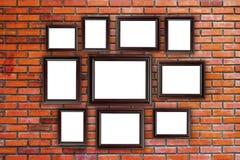 Le bois encadre la photo sur le mur de briques rouge Photos libres de droits