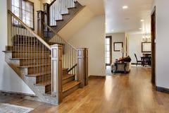 Le bois a parqueté l'entrée et le Hall à la maison images libres de droits
