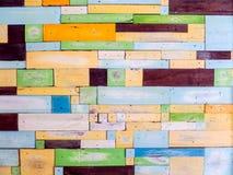 Le bois rapièce la couleur de fantaisie aléatoire sur la surface photos stock