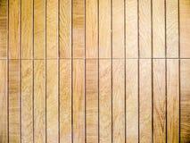 Le bois rapièce les textures brunes et la pierre de morceaux dans le sauna Photos stock