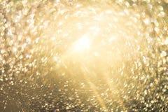 Le bokeh Colorfull d'or de scintillement a brouillé le fond abstrait pour le BIR image libre de droits