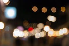Le Bokeh de la lumière à la rue de marche de nuit Photos stock