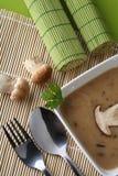 Le bol de soupe à champignons avec la forêt fraîche répand Image libre de droits