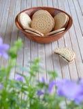 Le bol mordu de biscuit de biscuits fleurissent le dessus de table de premier plan images stock