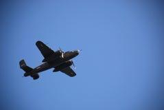 Le bombardier des Etats-Unis B-25 vole plus de 1 Photographie stock libre de droits