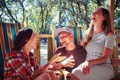 Le bon ami sont riant et passant le temps ainsi que le pleasur Images libres de droits