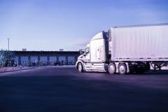 Le bon camion lourd arrive à l'entrepôt photos stock