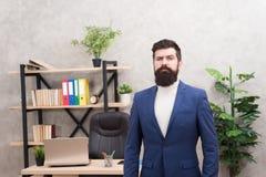 Le bon patron est bon chef Patron barbu de hippie d'homme vous regardant avec l'attention Position de patron dans le bureau Le pa images libres de droits