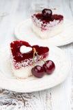 Le bonbon durcit avec des cerises sur la table en bois blanche Photos libres de droits