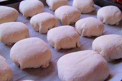 Le bonbon durcit sur la plaque de cuisson, la pâte sur une plaque de cuisson, la pâte employée pour faire les petits pains délici Images stock