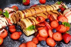 Le bonbon a roulé des crêpes avec la crème glacée de nutella, de fraise, de myrtille et  Image stock