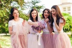 Le bonheur de part d'amies avec la jeune mariée Images libres de droits
