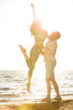 Le bonheur et la scène romantique des couples d'amour partners sur la plage Image libre de droits