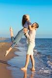 Le bonheur et la scène romantique des couples d'amour partners sur la plage Image stock