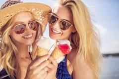 Le bonheur mange la crème glacée  Photo libre de droits
