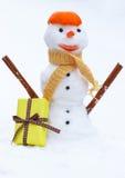 Le bonhomme de neige avec l'écharpe de laine et la mandarine épluchent, cadeau pour le jour de valentines Images libres de droits