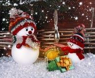 Le bonhomme de neige donne un cadeau de Noël à mon ami Photographie stock libre de droits