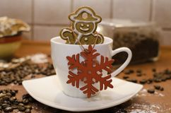 Le bonhomme de neige de Noël a formé le pain d'épice dans une tasse de café Images libres de droits